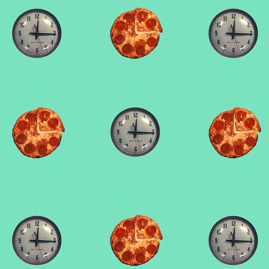 Alternating clock faces and pizzas on a green background.