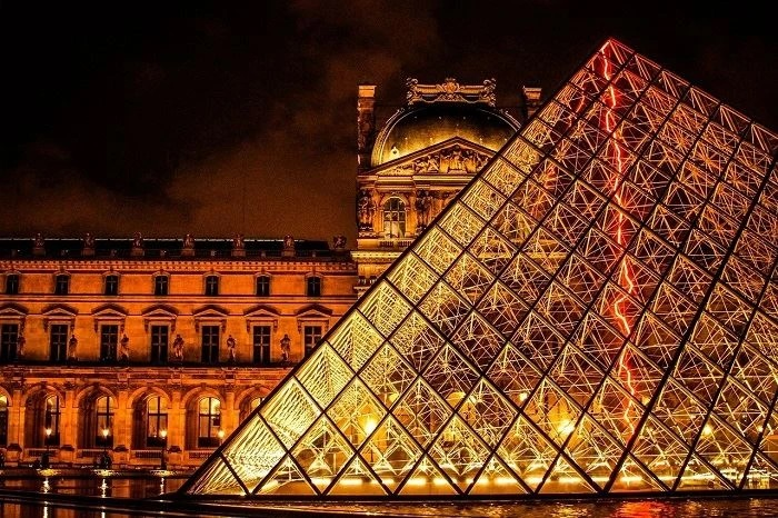 Photograph of Louvre Museum at night