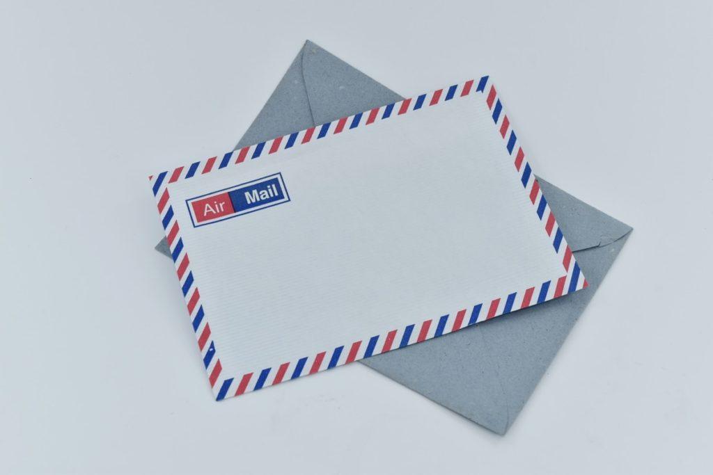 An US air mail envelope.